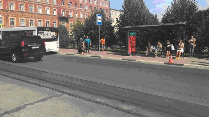 У сквера Высоцкого водитель автобуса №41 сбил стоявшую на остановке девушку