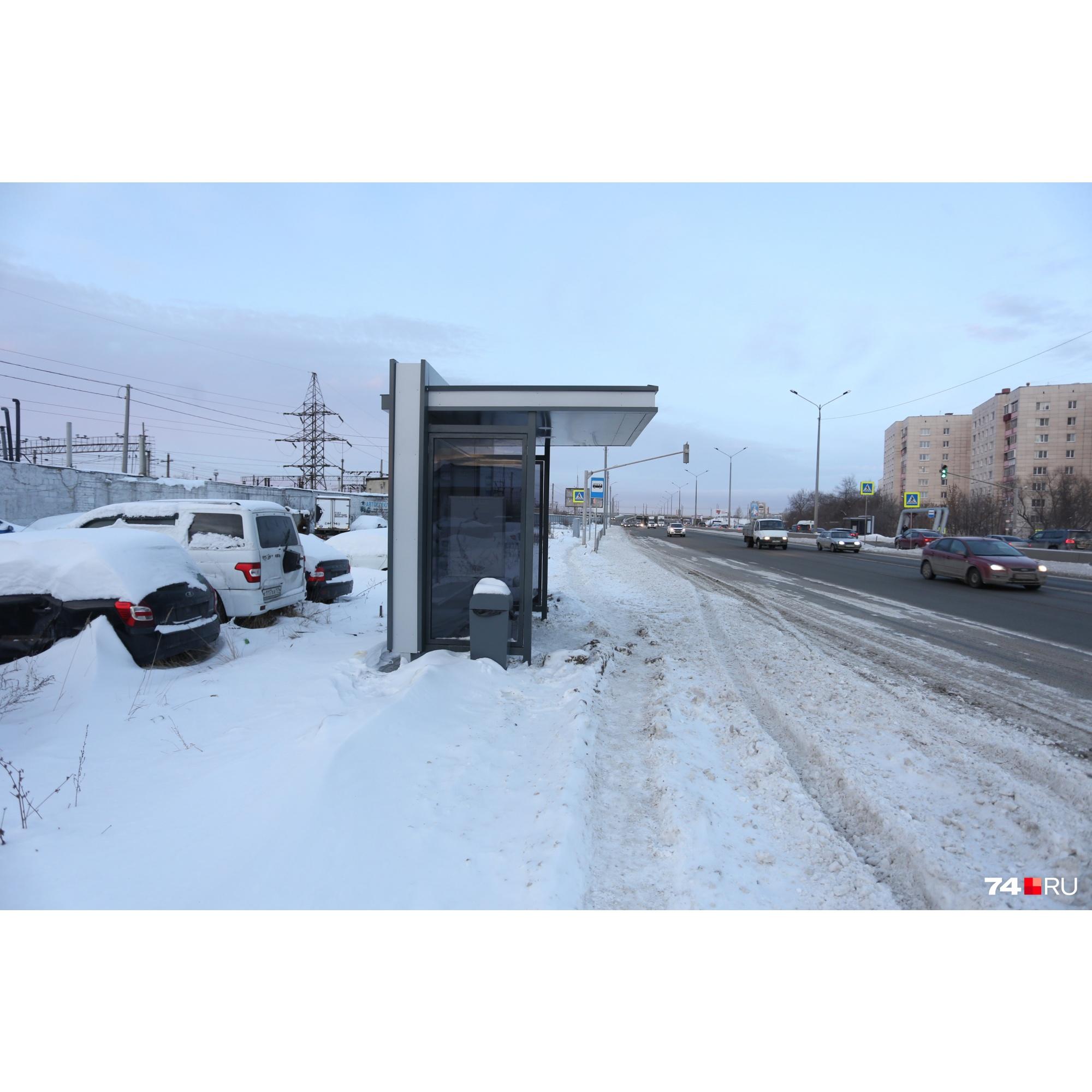 На остановке «Улица Гончаренко» на «Меридиане» — снежно и грустно