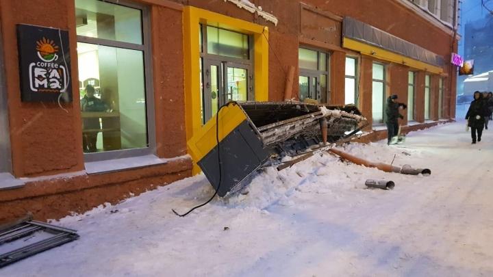 Рухнувшая вывеска, пробки и непроходимые дворы: смотрим, как метель за ночь засыпала Новосибирск