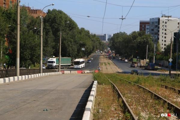 Сейчас четная сторона путепровода на Заводском закрыта