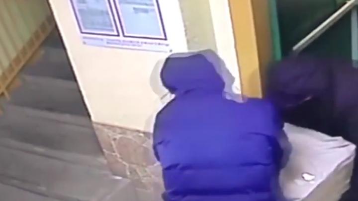 На ВИЗе камера сняла, как воры вынесли из квартиры 100-килограммовый сейф и увезли его на санках