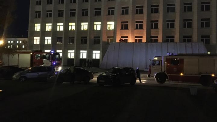 К зданию Архангельского областного собрания депутатов приехали пожарные и скорая