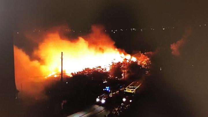 Ночью на Доме Обороны дотла сгорел одноэтажный многоквартирный дом