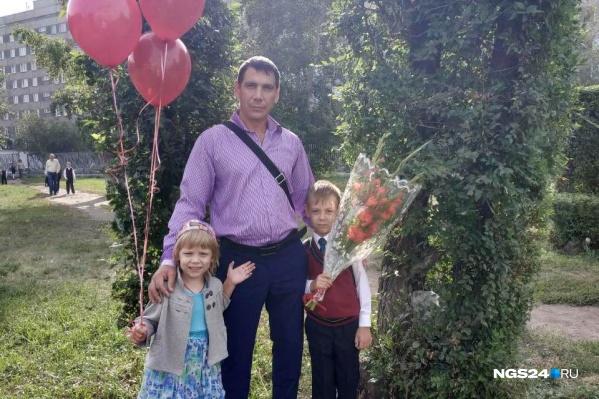 В 32 года Павел остался один с двумя детьми. Сыну сейчас 7 лет — он первоклассник. Дочери 6 лет. После родовой травмы она страдает ДЦП<br><br>