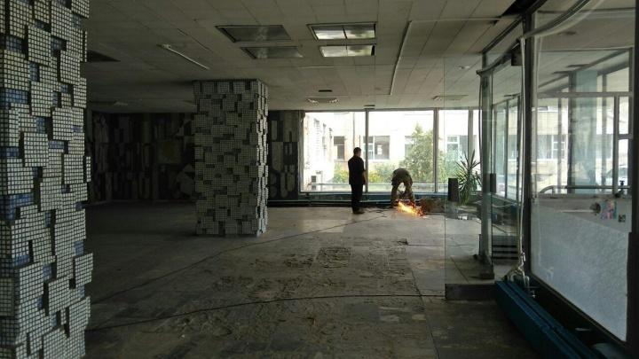 «Однозначно вандализм!»: чиновники хотят сложить пазл из мозаики Черноскутова «Люди в белых халатах»