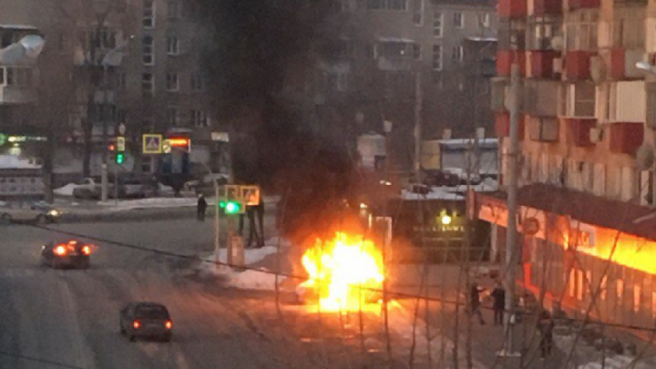 Хлопок и пламя: в центре Челябинска загорелся легковой автомобиль