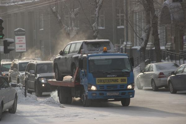 К новосибирским блогерам Денису Новичкову и Антону Соколову обратилась водитель, чью машину не хотели отдавать на штрафстоянке, а мужа там же избил эвакуаторщик