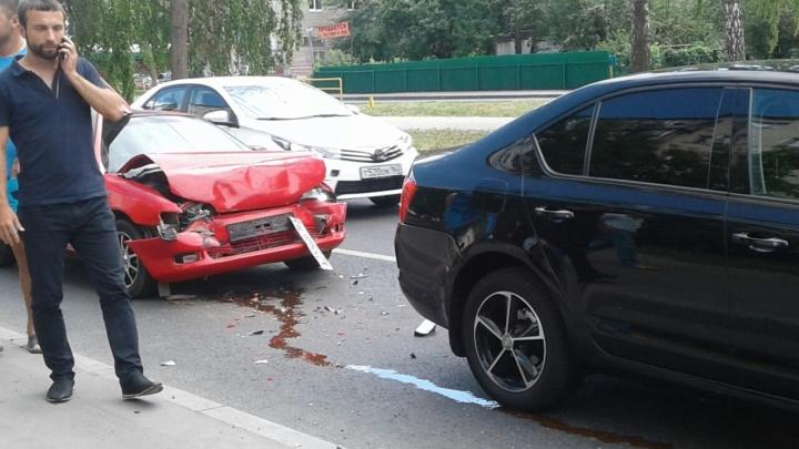 «Она что, бронированная?»: в Тольятти столкнулись «Шкода» и «Тойота Сера»
