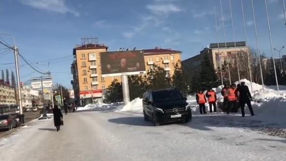Хабиров заставил? В Уфе чиновника, убирающего снег, сняли на видео