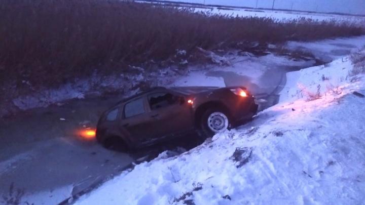 В Самарской области Renault с водителем провалился под лёд