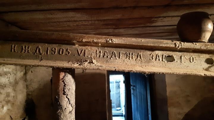 «Простоит ещё сто лет»: в доме у Бугринского моста нашли раритетный рельс, который держит фундамент