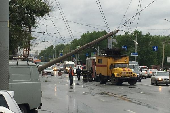 Электроопора на оживлённой дороге упала около полудня 17 мая