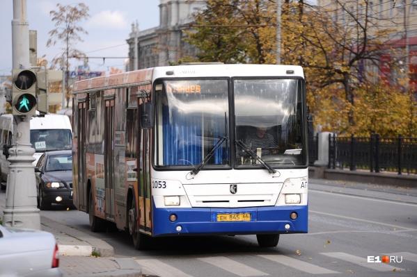 Автобусы из закрытого парка распределят между двумя оставшимися