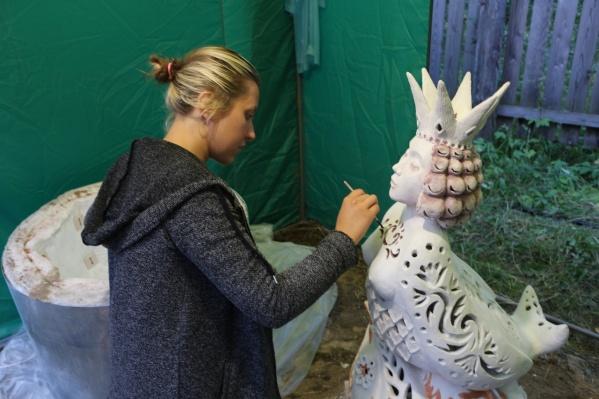 Метровый светильник «Сирин» Александра Менщикова делала на фестивале в Томске