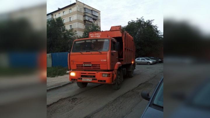 «Грохот, будто война началась»: челябинцев возмутили мусоровозы, приезжающие во двор в четыре утра