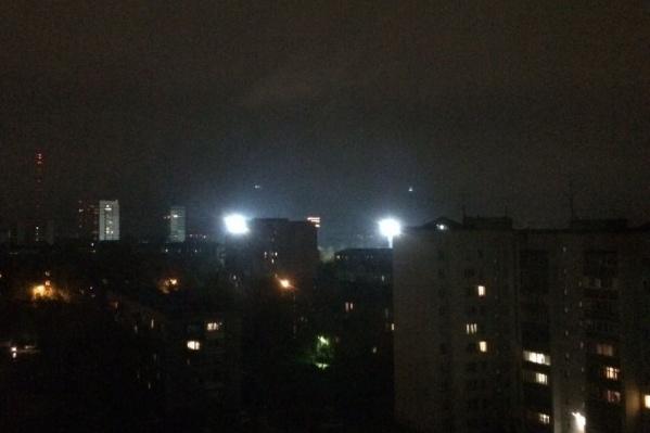 Вид на прожекторы стадиона с 12-го этажа дома на Горском жилмассиве