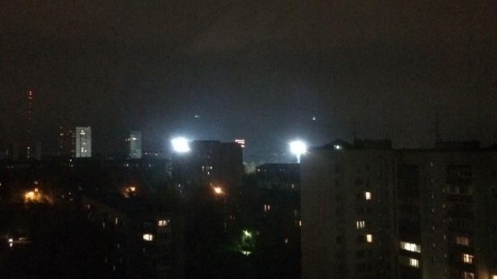 Горят всю ночь: жителей левобережья ослепили яркие фонари стадиона
