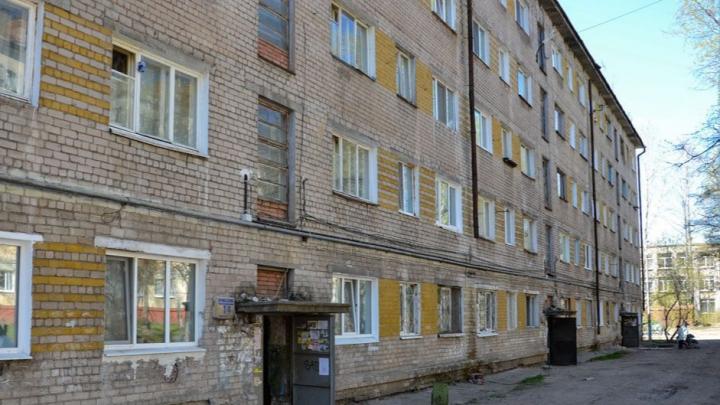 «Стены шатаются, подвал в воде»: в пермской пятиэтажке обрушилась бетонная лестница