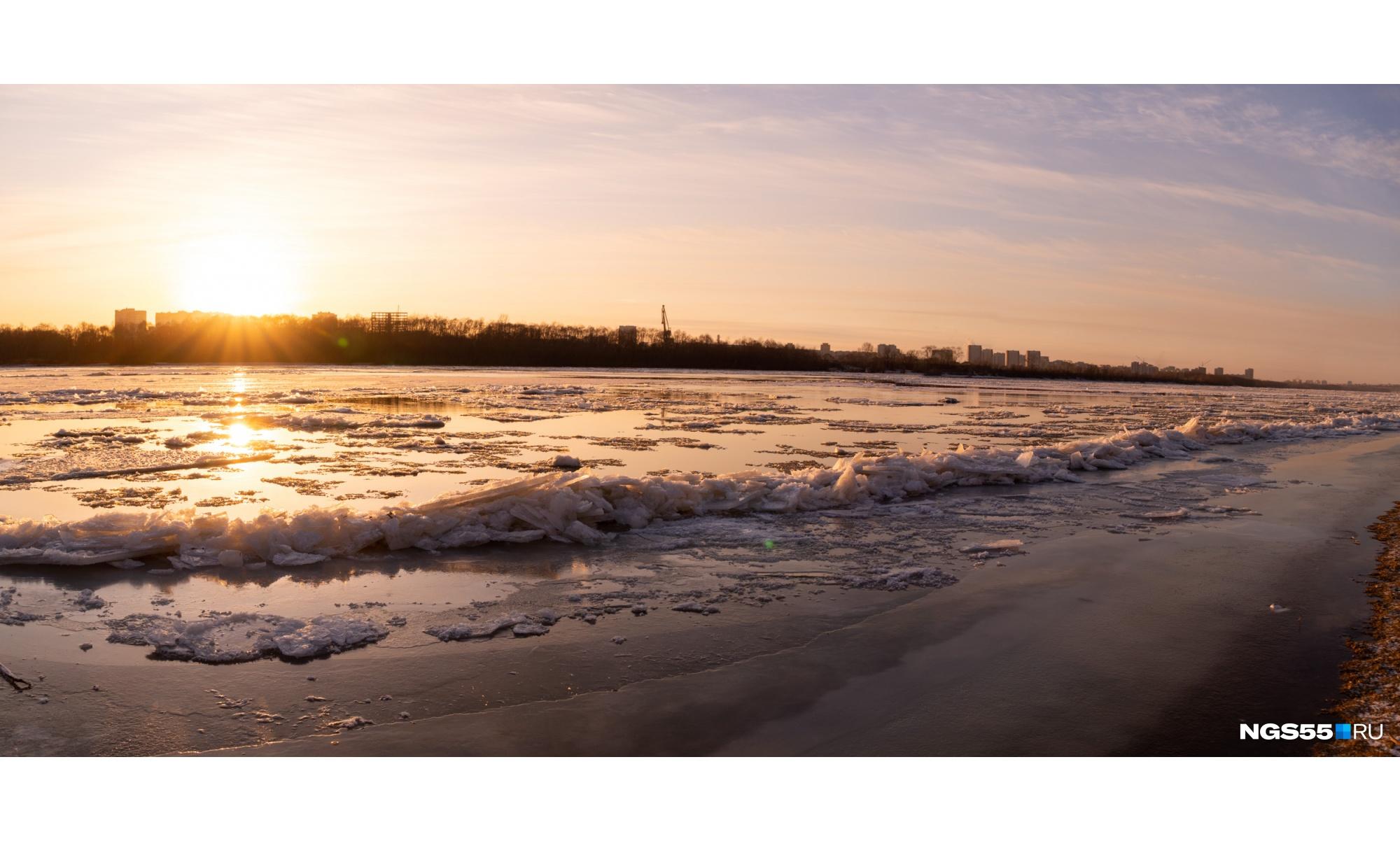 Кромку берега затянуло идеально ровным слоем тонкого льда