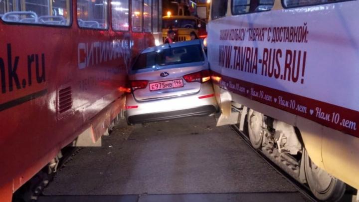 Дорожное видео недели: жаркие объятия трамваев, спасение бабушки и дерзкий поджог автомобиля