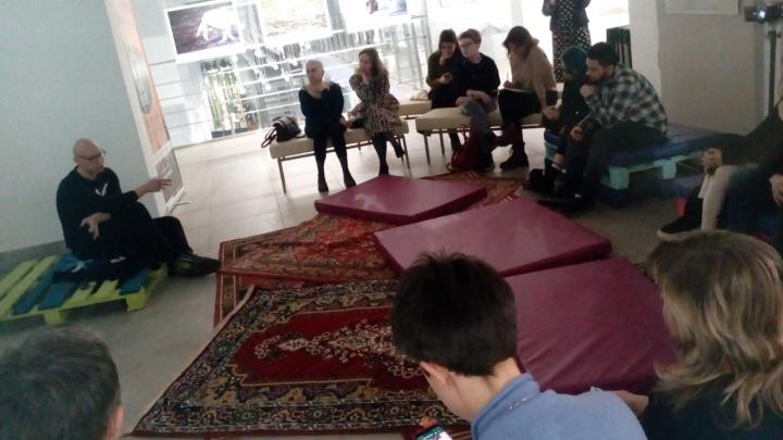 Без боли и ран: в музее Машкова повторили перформанс сербской дивы Марины Абрамович