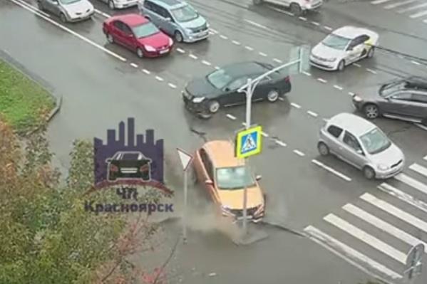 После столкновения «Лада» врезалась в дорожный знак