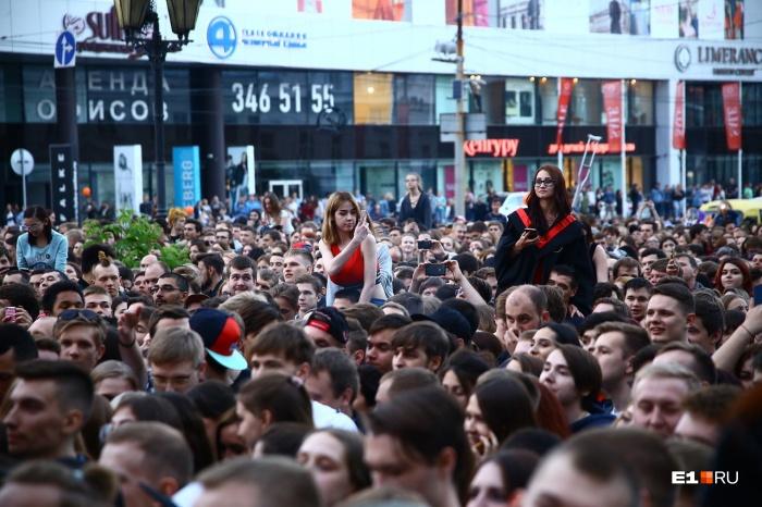 Людей на концерте Noize MC было так много, что они перегородили часть улицы Малышева. Но полицейские  перекрыли улицы в центре  только ближе к полночи