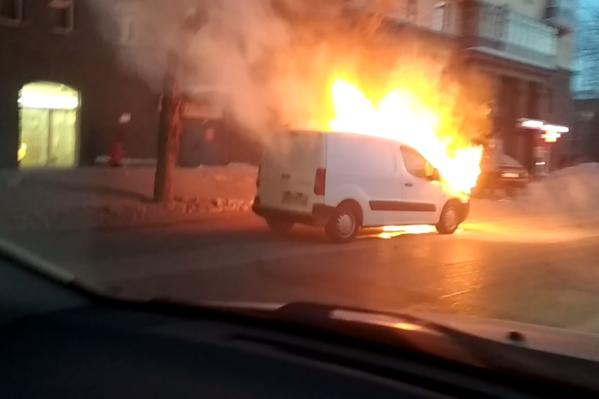 По словам очевидцев, машина загорелась около 9:00