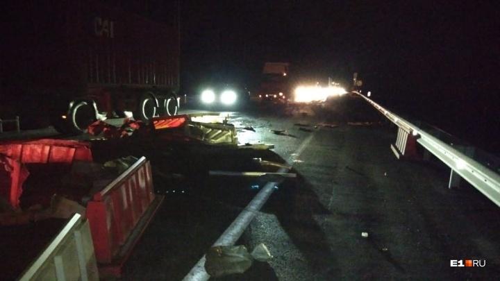 Движение частично перекрыто: на Челябинском тракте Lada протаранила бетонные блоки и врезалась в МАЗ