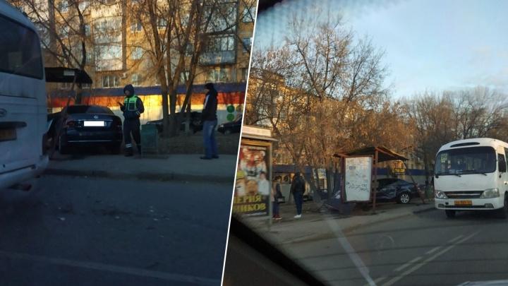 На улице Советской Армии водительVolkswagen снес остановку
