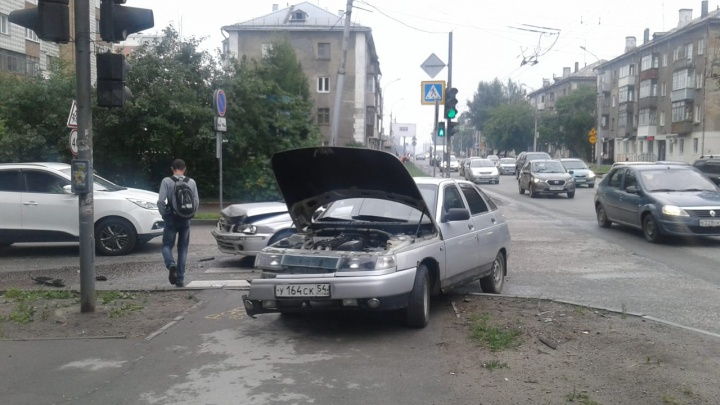«Лада» вылетела на тротуар после ДТП на улице Бориса Богаткова