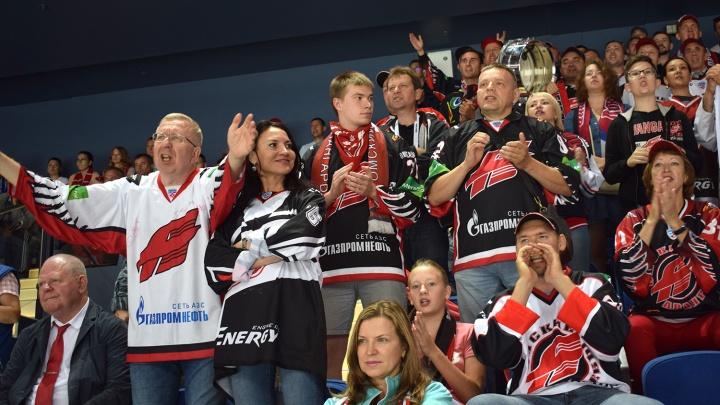 Болеем тут и там: как фанаты «Авангарда» в Ярославле и Омске следили за первым матчем