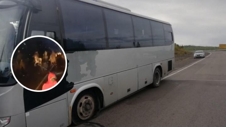 Опубликовано видео нападения на автобус с наблюдателями и журналистами на границе края