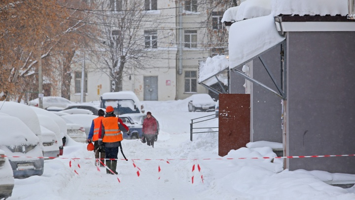 В Уфе на двух школьниц обрушился снег с крыши