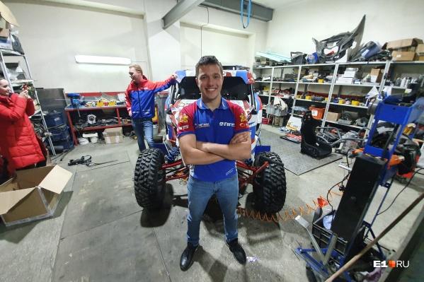 Сергей Карякин на фоне багги, который построили в гараже на Вторчермете