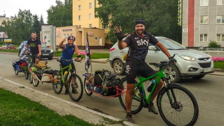 «Осибиревшие»: три омича поехали на Алтай на велосипедах, чтобы покорить горы