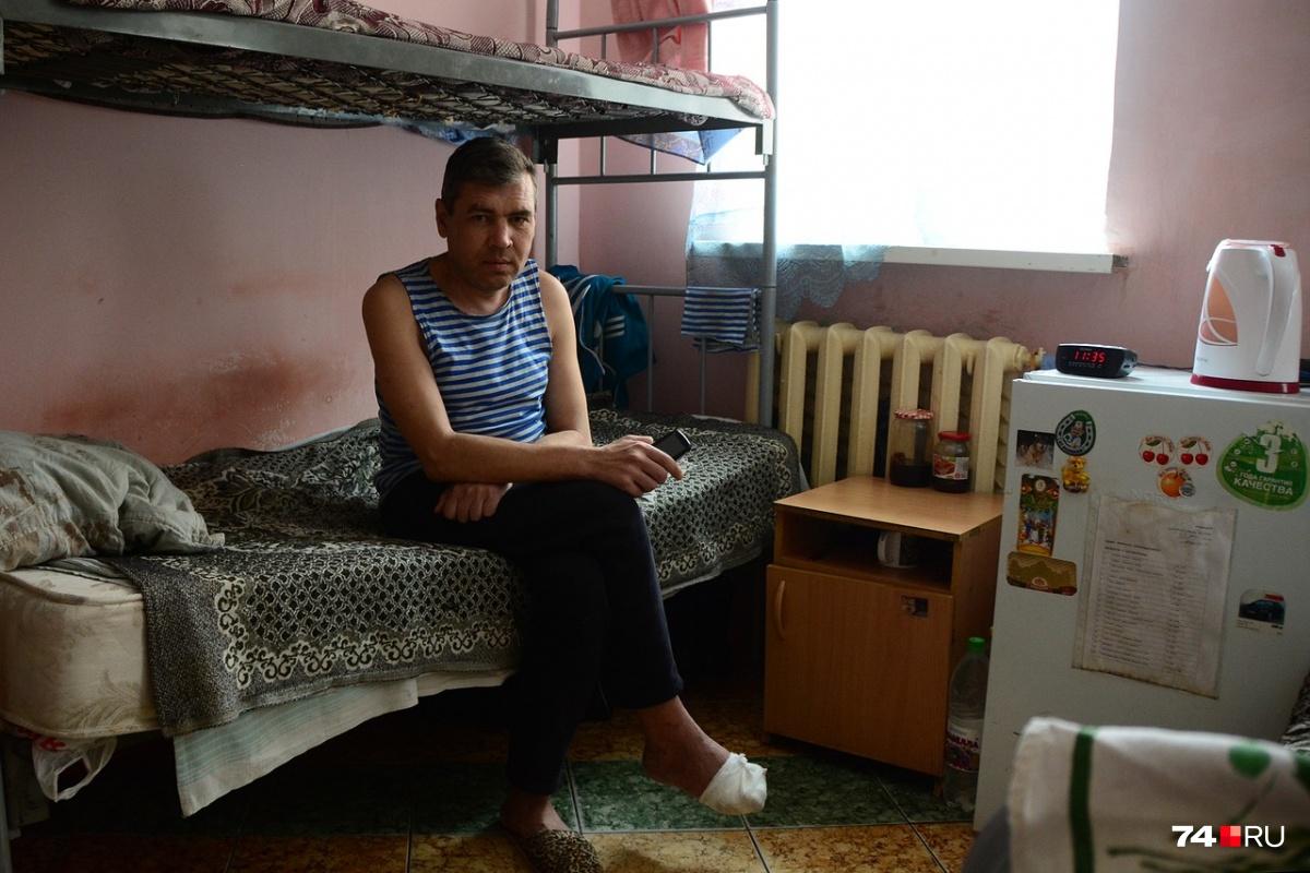 Рустам работает охранником и оказался в социальном центре впервые