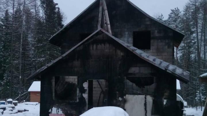 «К Андрею Кузяеву дом не имеет никакого отношения»: сгоревший в Перми коттедж строили супруги-врачи