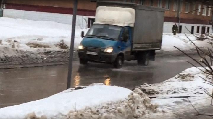 В Перми из-за прорыва трубы затопило улицу Комбайнеров. Видео