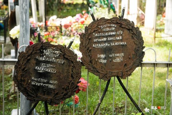 Кладбища в Челябинской области настолько суровы, что даже венки здесь чугунные