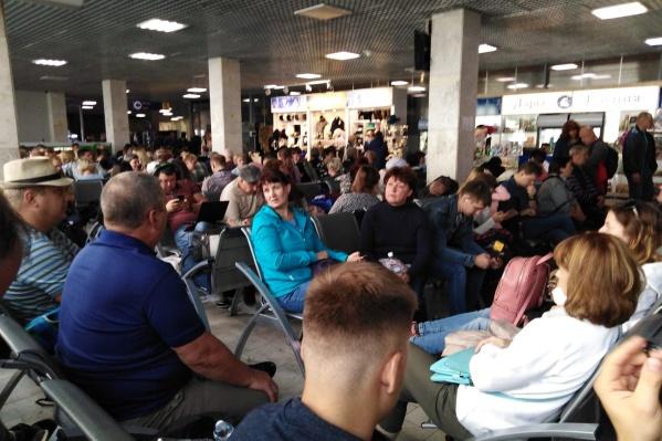 Пассажиры, по всей видимости, с пониманием отнеслись к ситуации. Все спокойно ждут вылета