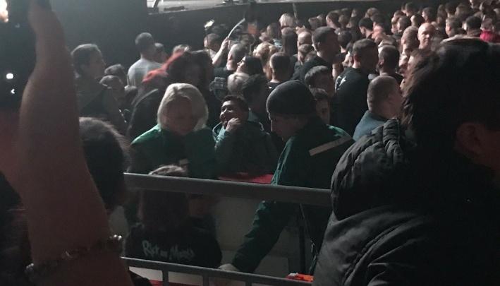 «Мощно и горячо»: челябинка, упавшая в обморок на концерте «Би-2», поблагодарила своих спасителей