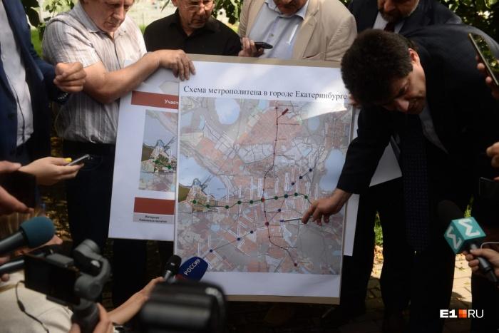 Высокинский показывает новую схему метро