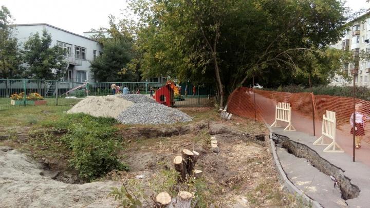 Оползень на Троллейном жилмассиве: дорога к детскому саду ушла под землю