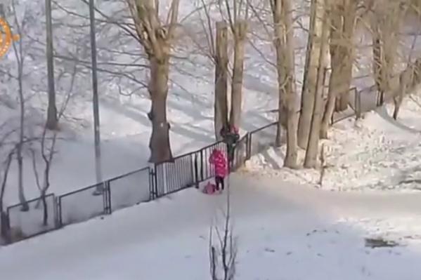 Дети по привычке идут по старому пути и даже перелазят через забор