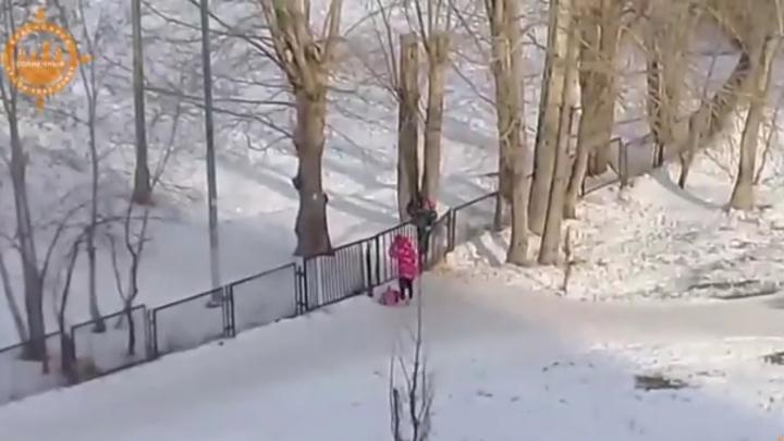 «Проход заварили»: школьники перелазят забор, чтобы попасть в школу в «Солнечном» по старому пути