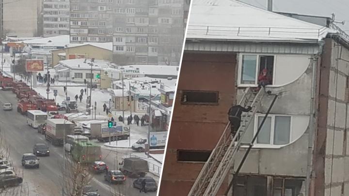 На улице Олимпийской в Тюмени горит пансионат
