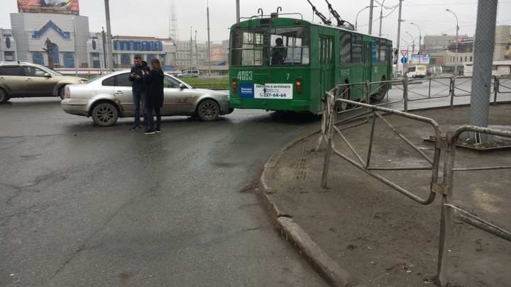 На площади Маркса столкнулись две иномарки и троллейбус: собралась пробка