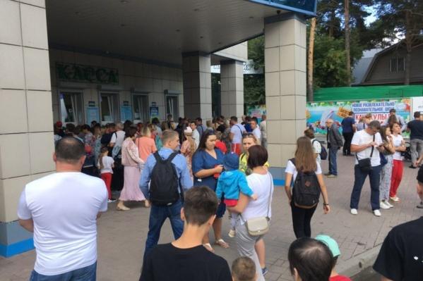 На день рождения в зоопарке собрались сотни гостей