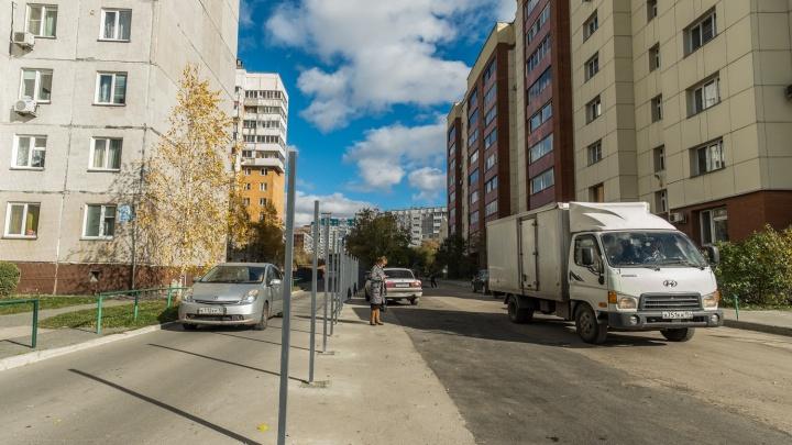 Здесь моё стойло: жильцы многоэтажки воткнули забор посреди дороги